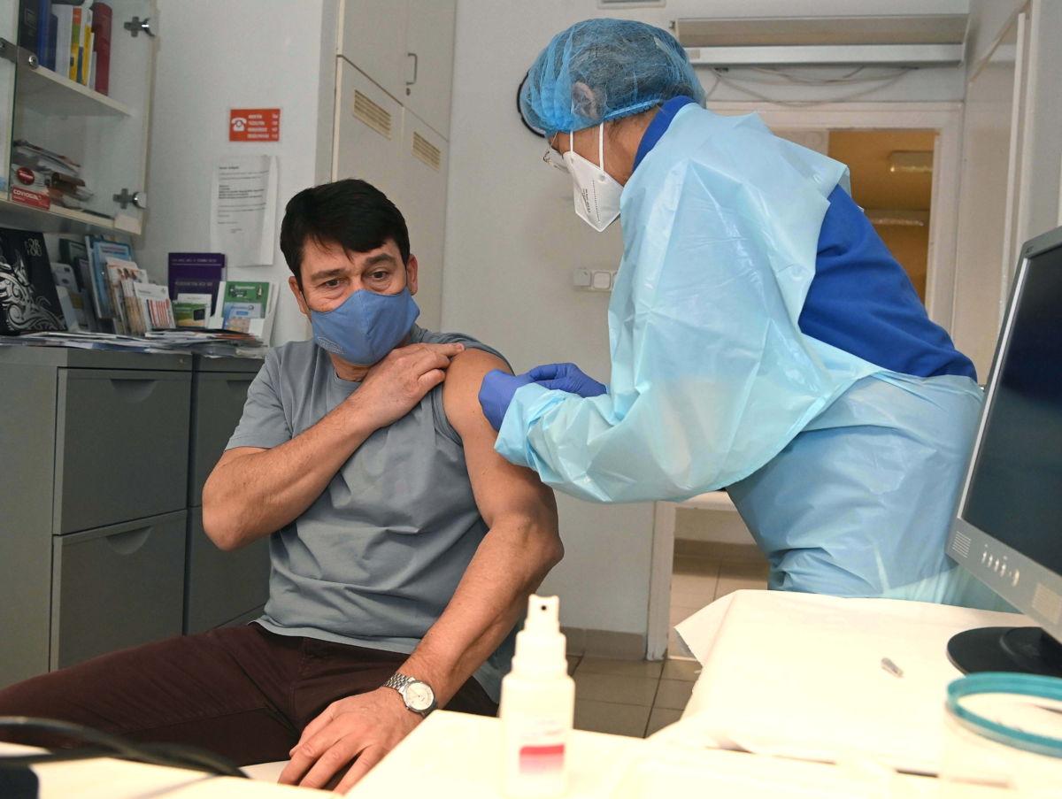 Áder János köztársasági elnök megkapja a kínai Sinopharm koronavírus elleni vakcinájának első oltását a II. kerületi Önkormányzat Egészségügyi Szolgálatának Lotz Károly utcai háziorvosi rendelőjében 2021. február 26-án.