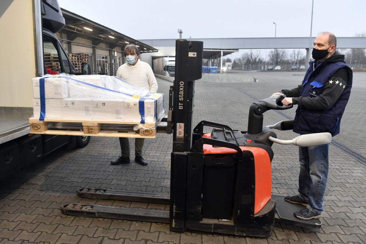 Kirakodják a teherautóból az Európai Gyógyszer Ügynökség által engedélyezett oltóanyag, az oxfordi AstraZeneca-vakcina első szállítmányát a Hungaropharma gyógyszer-nagykereskedelmi vállalat budapesti telephelyén 2021. február 6-án.