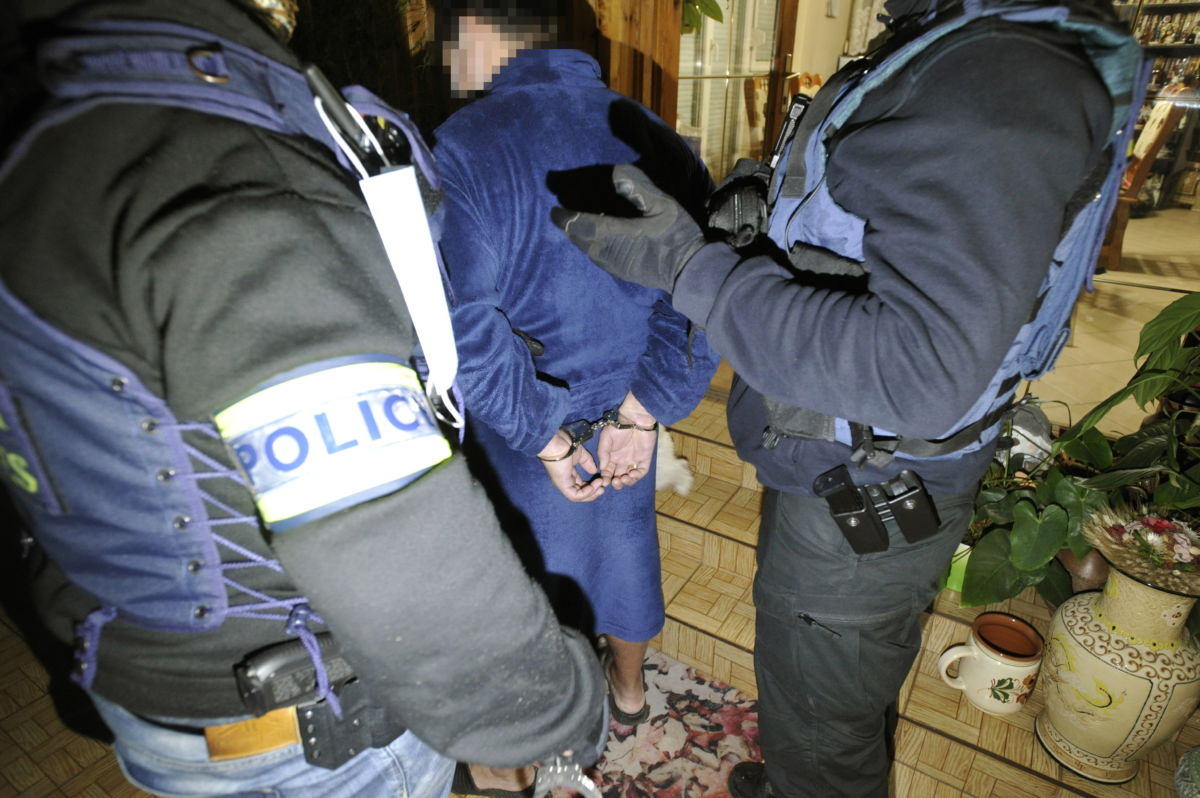 A Budapesti Rendőr-főkapitányság Bűnügyi Bevetési Osztályának munkatársai fognak el egy gyanúsítottat Dunaharasztiban 2021. február 16-án hajnalban.