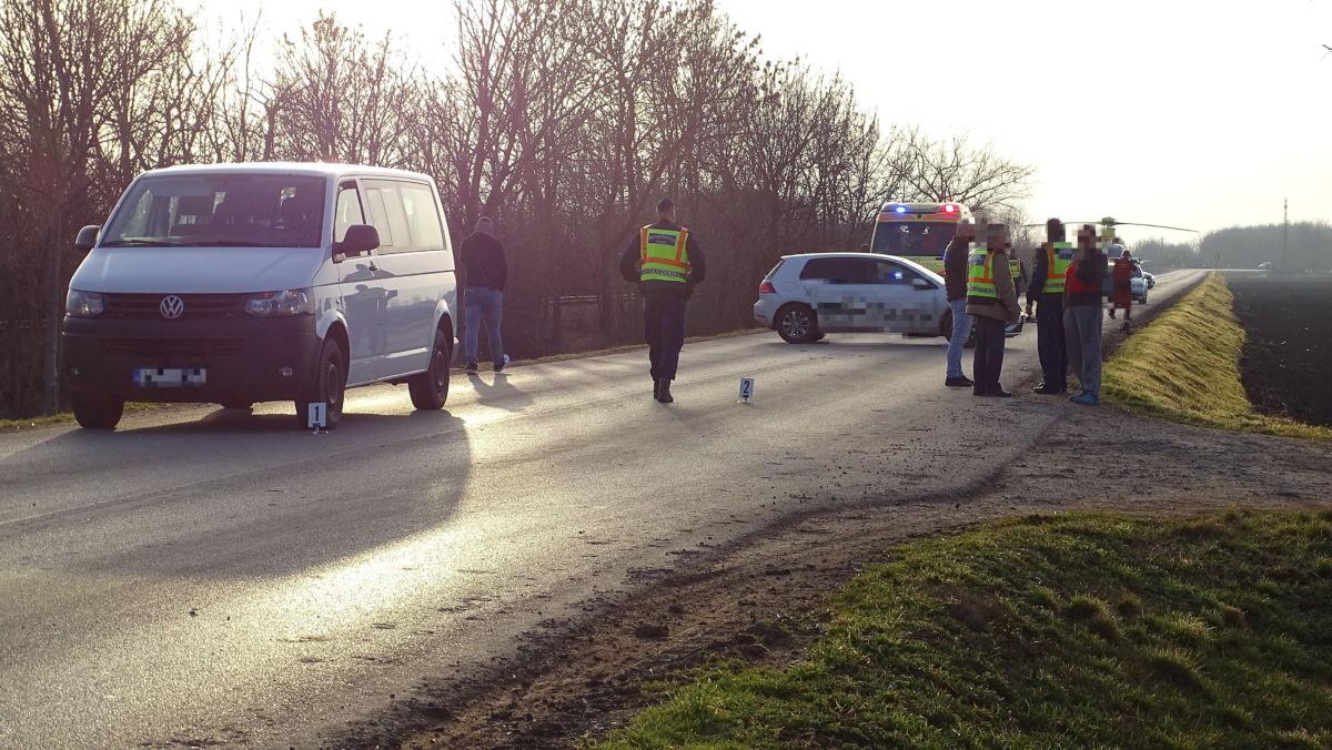 Baleseti helyszínelők dolgoznak 2021. február 25-én Eperjes közelében, ahol egy autó tisztázatlan körülmények között elgázolt egy úttesten tartózkodó gyermeket.