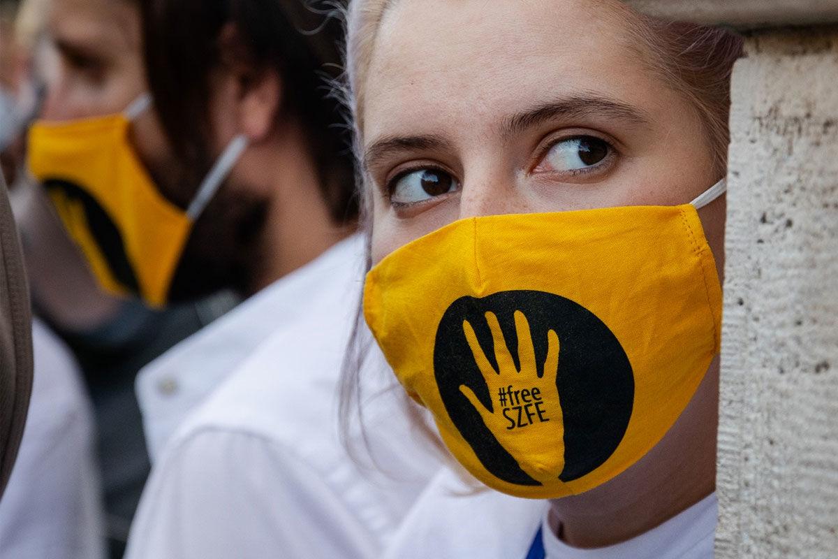 Egy SZFE-tüntető a Parlament előtt 2020. szeptember 10-én.
