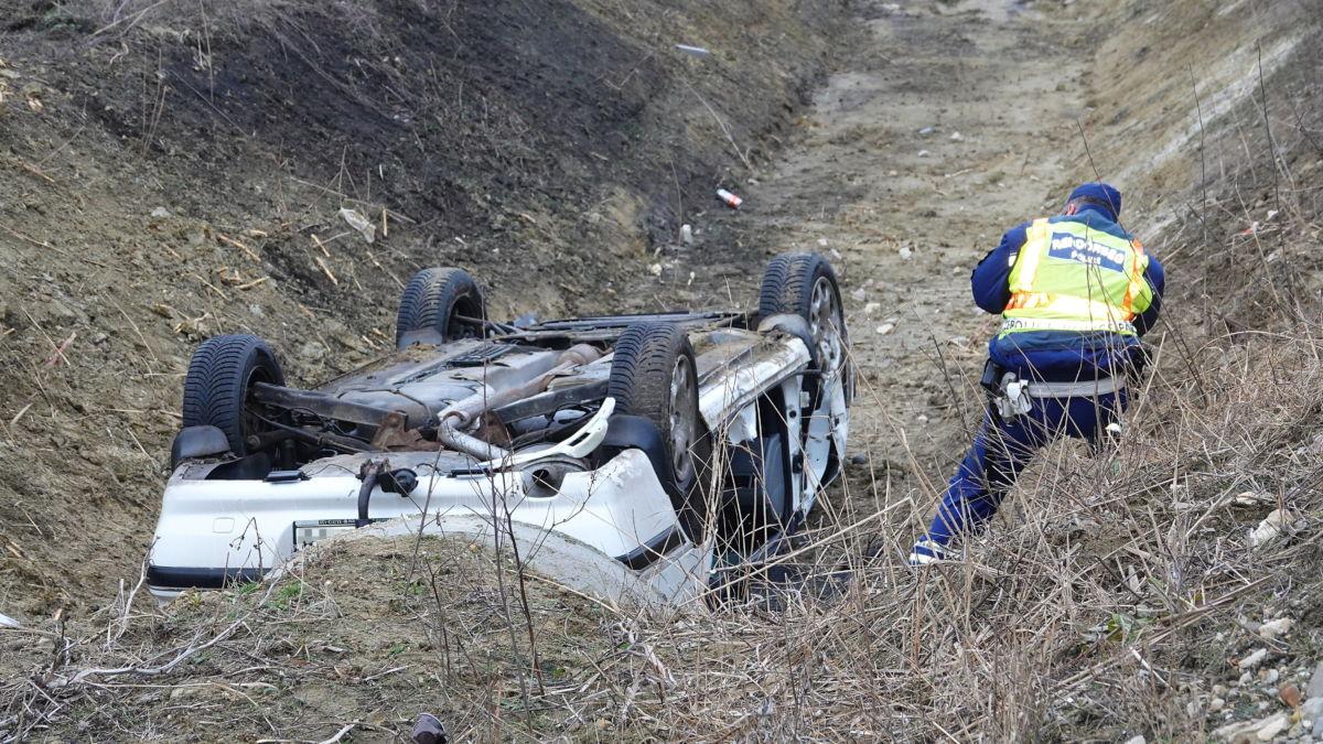 Árokba borult személygépkocsi Szolnok közelében, a 32-es út mellett 2021. február 7-én.