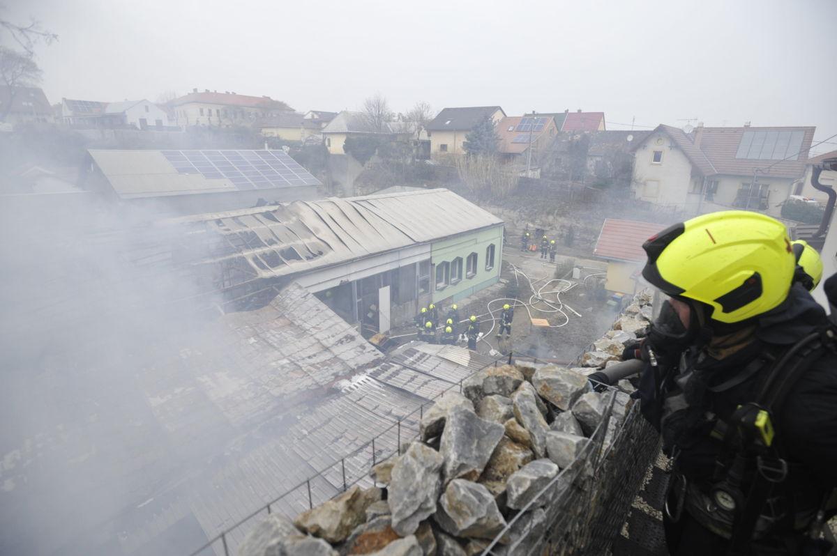 Füst gomolyog egy ezer négyzetméteres kigyulladt raktárépületnél a főváros XXII. kerületében 2021. február 19-én.