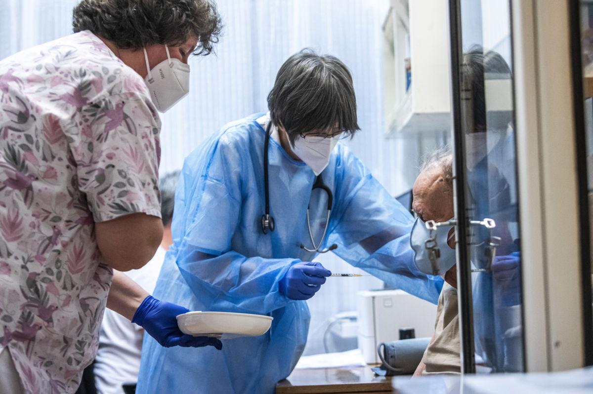 Janecskó Mária egyetemi docens, orvos egy idős férfit olt be a Pfizer-BioNTech koronavírus elleni vakcinájával a Szent János Kórház és Szakrendelő (ÉKC) Kútvölgyi Klinikai Tömbjében 2021. február 4-én.