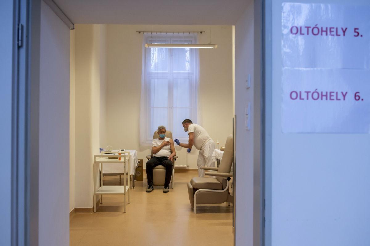 Szabó Csaba főorvos beolt egy férfit az orosz fejlesztésű Szputnyik V koronavírus elleni oltóanyaggal az egri Markhot Ferenc Kórház oltópontján 2021. február 19-én.