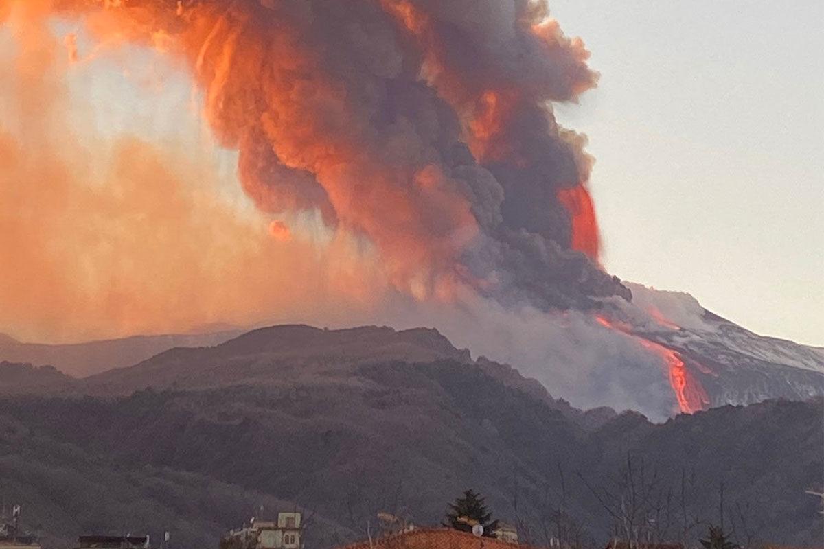 Kitört az Etna, lezárták a szicíliai Catania repülőterét