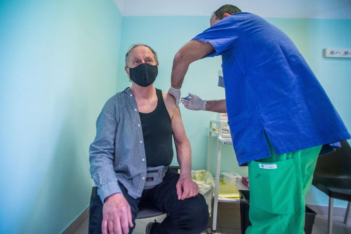 Beoltanak egy férfit a Szputnyik V koronavírus elleni vakcinával (hivatalos nevén Gam-COVID-Vac) a Dél-pesti Centrumkórház - Országos Hematológiai és Infektológiai Intézetben 2021. február 12-én.