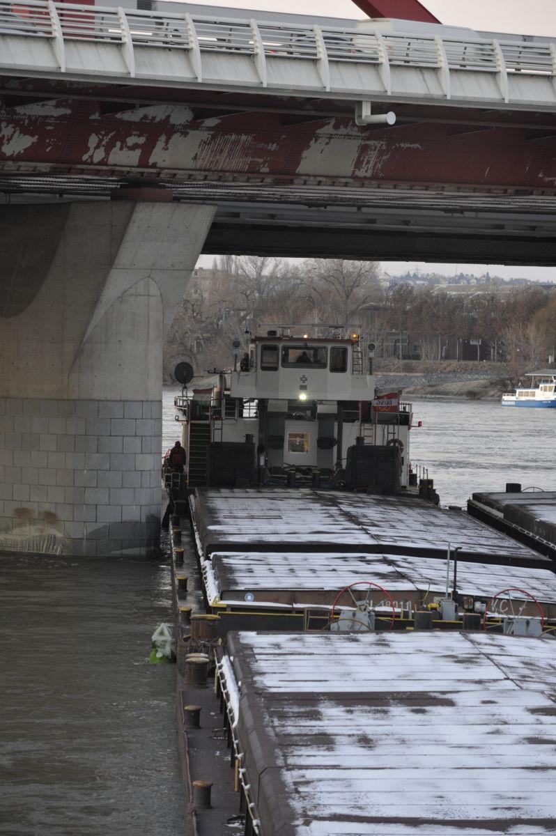 A Rákóczi híd pillérének ütközött uszály 2021. február 12-én.