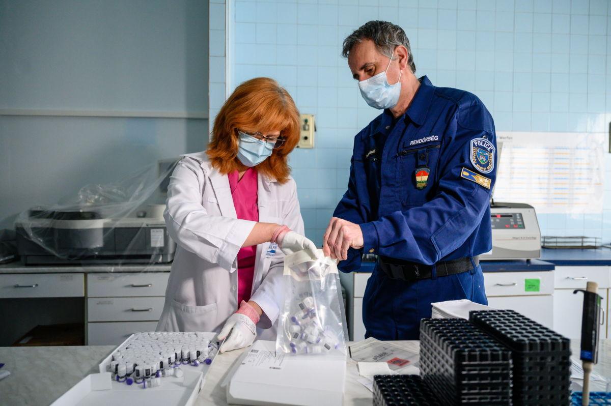 A koronavírus elleni Pfizer-BioNtech vakcinák újabb szállítmányát készíti elő szállításhoz egy kórházhigiénikus szakember a veszprémi Csolnoky Ferenc Kórházban 2021. február 17-én.