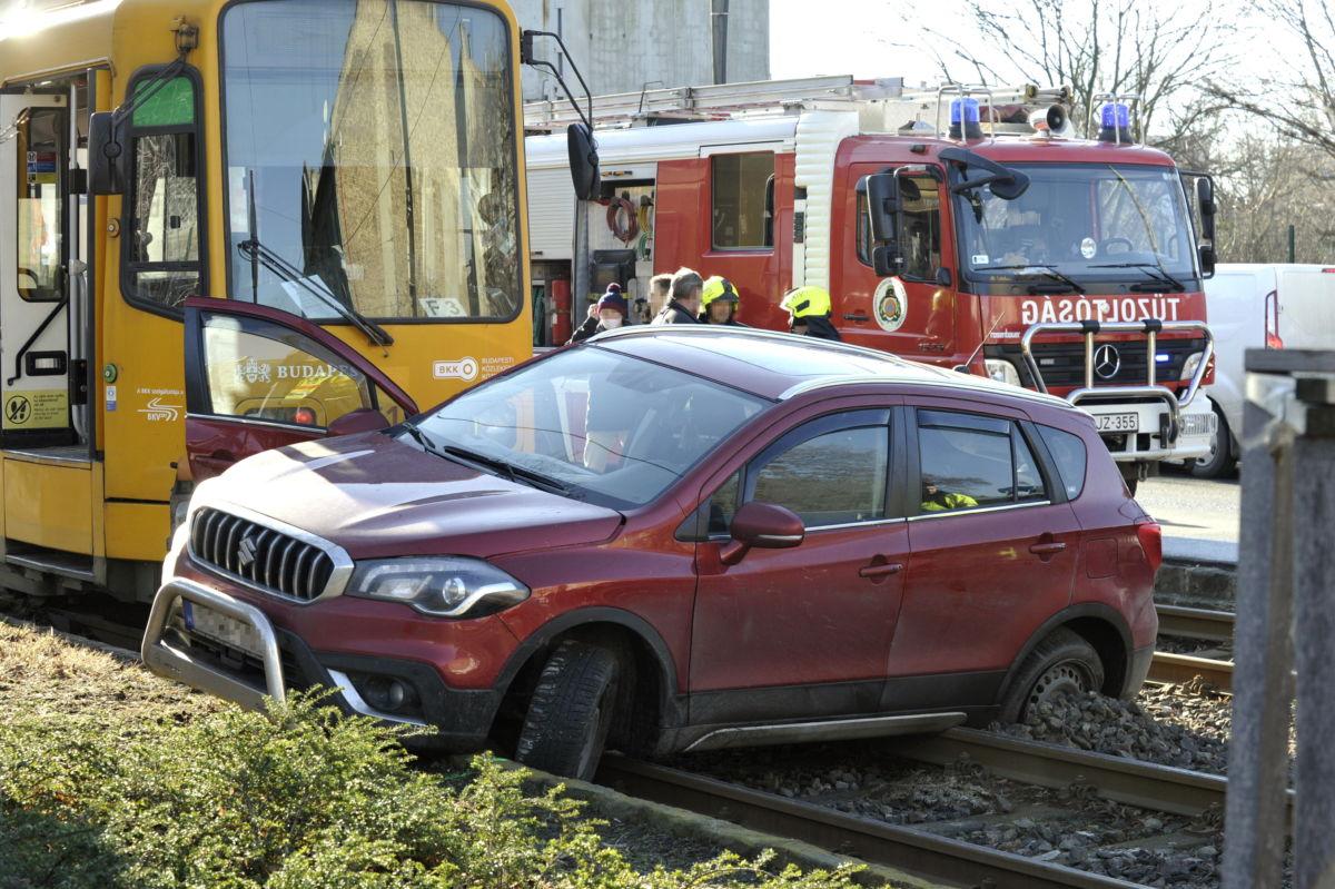 Összeroncsolódott személyautó a villamossíneken a XIV. kerületben, a Nagy Lajos király útján 2021. február 18-án, miután összeütközött a 62A villamossal.