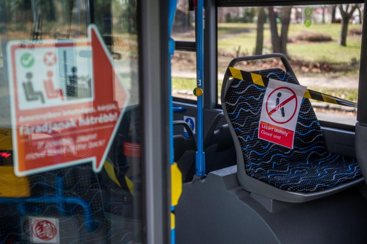 Tájékoztató felirat a járművezető védelmére lezárt első ülésekről a Budapesti Közlekedési Központ (BKK) egyik autóbuszán a Népligetben 2021. március 12-én.