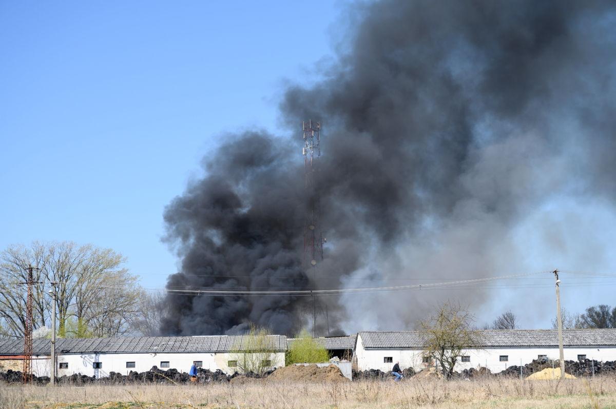 Füstölő raktárépület a Veszprém megyei Devecserben 2021. március 31-én.