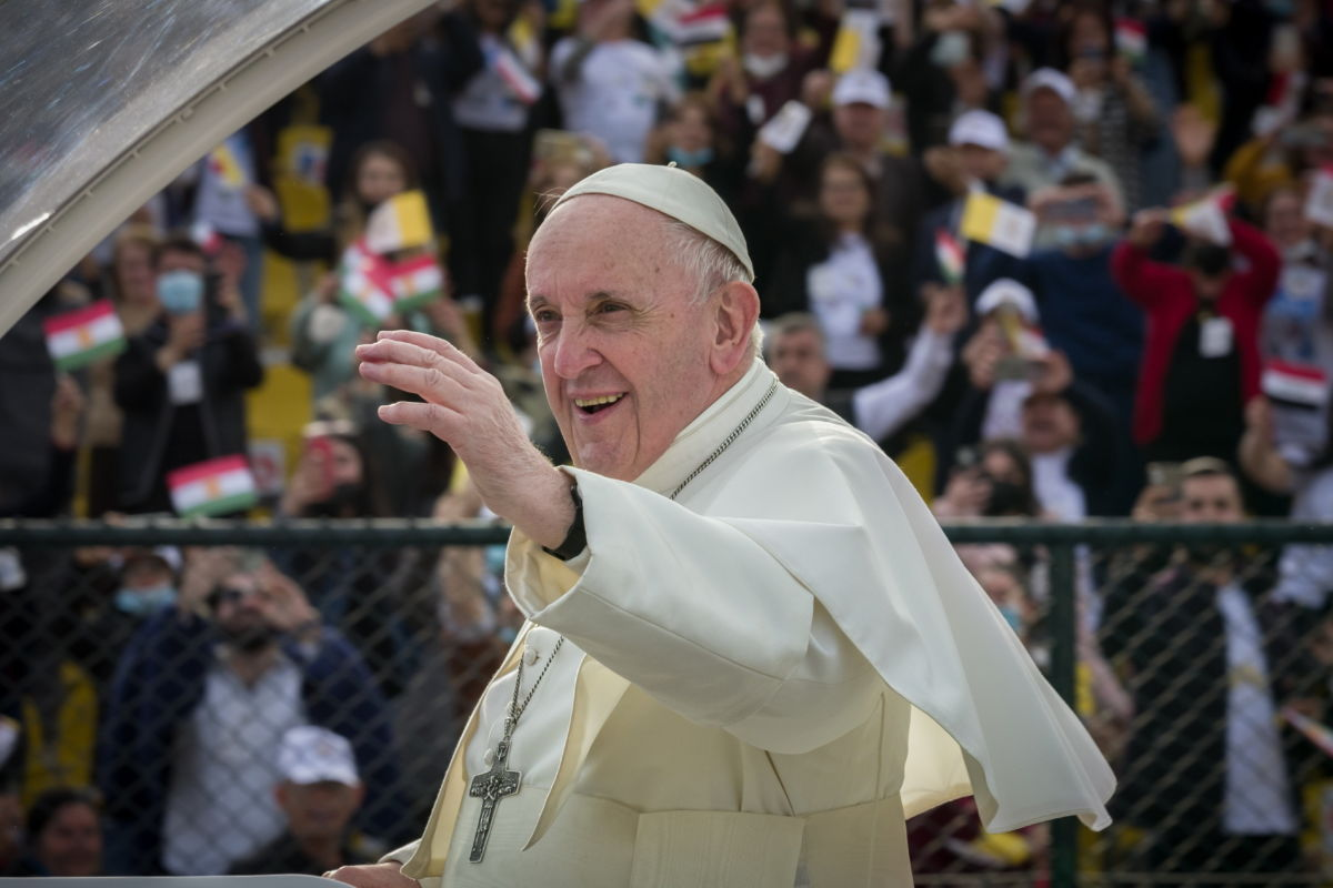 Ferenc pápa a Franso Hariri stadionban celebrált szentmiséjére érkezik az észak-iraki kurd autonóm régió, Kurdisztán székhelyén, Erbílben 2021. március 7-én. Ferenc személyében az első római katolikus egyházfő keresi fel Irakot.