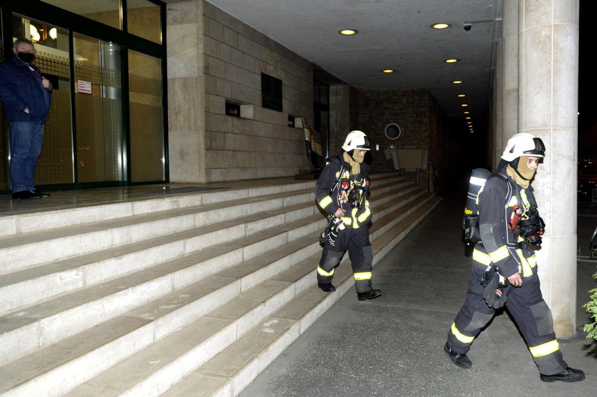 Tűzoltók dolgoznak az Országgyűlés Irodaháza előtt 2021. március 3-án, miután az épületben füst keletkezett.