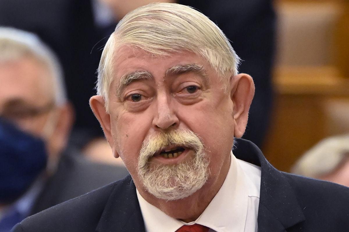 Kásler Miklós, az emberi erőforrások minisztere azonnali kérdésre válaszol az Országgyűlés plenáris ülésén 2021. március 16-án.