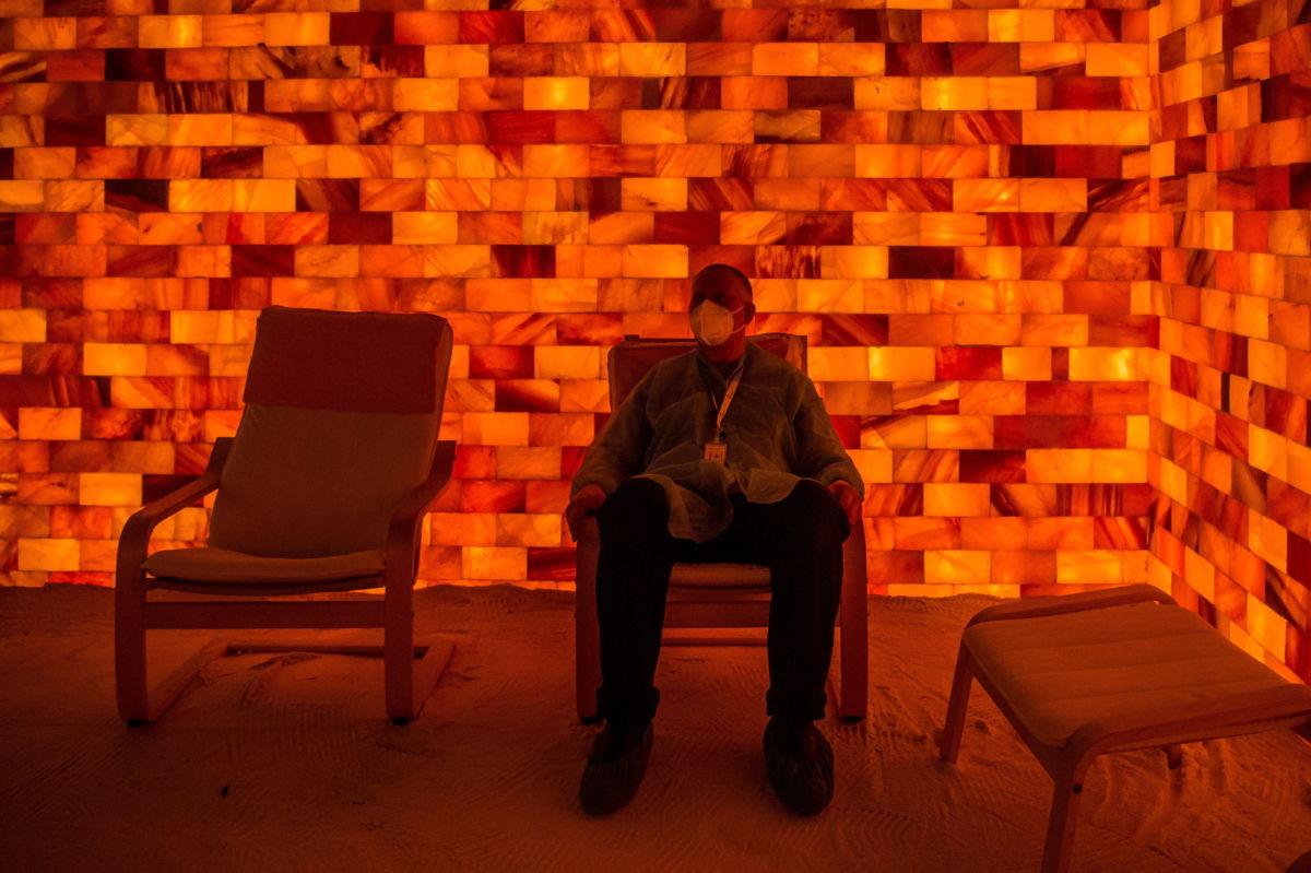 Dolgozó pihen egy sószobában a Semmelweis Egyetem Szent Rókus Klinikai Tömbben kialakított oltóponton 2021. március 11-én.