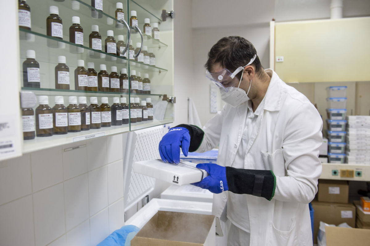 Majnár Miklós szakgyógyszerész kicsomagolja az újonnan érkezett koronavírus elleni oltóanyagot, a Pfizer-BioNTech-vakcinákat az egri Markhot Ferenc Kórházban 2021. március 2-án.