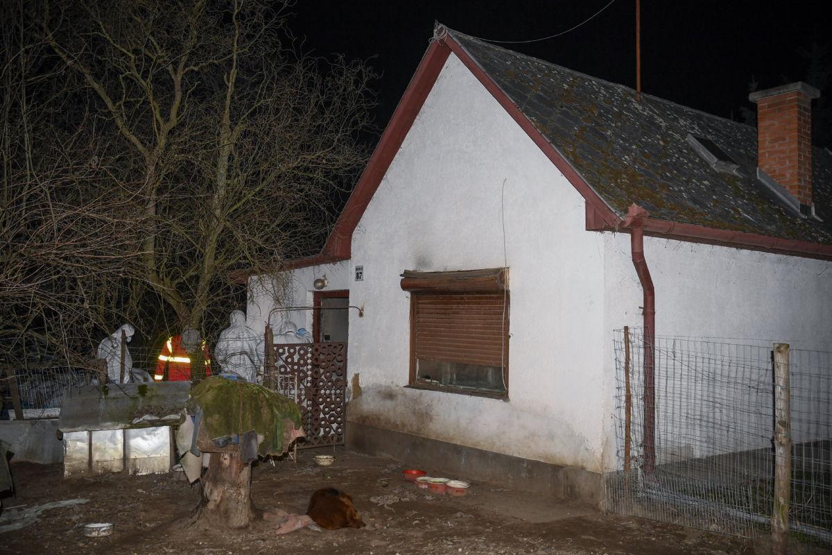Helyszínelők dolgoznak egy Debrecen józsai városrészében lévő családi háznál 2021. március 7-én este, miután az épületben tűz keletkezett.