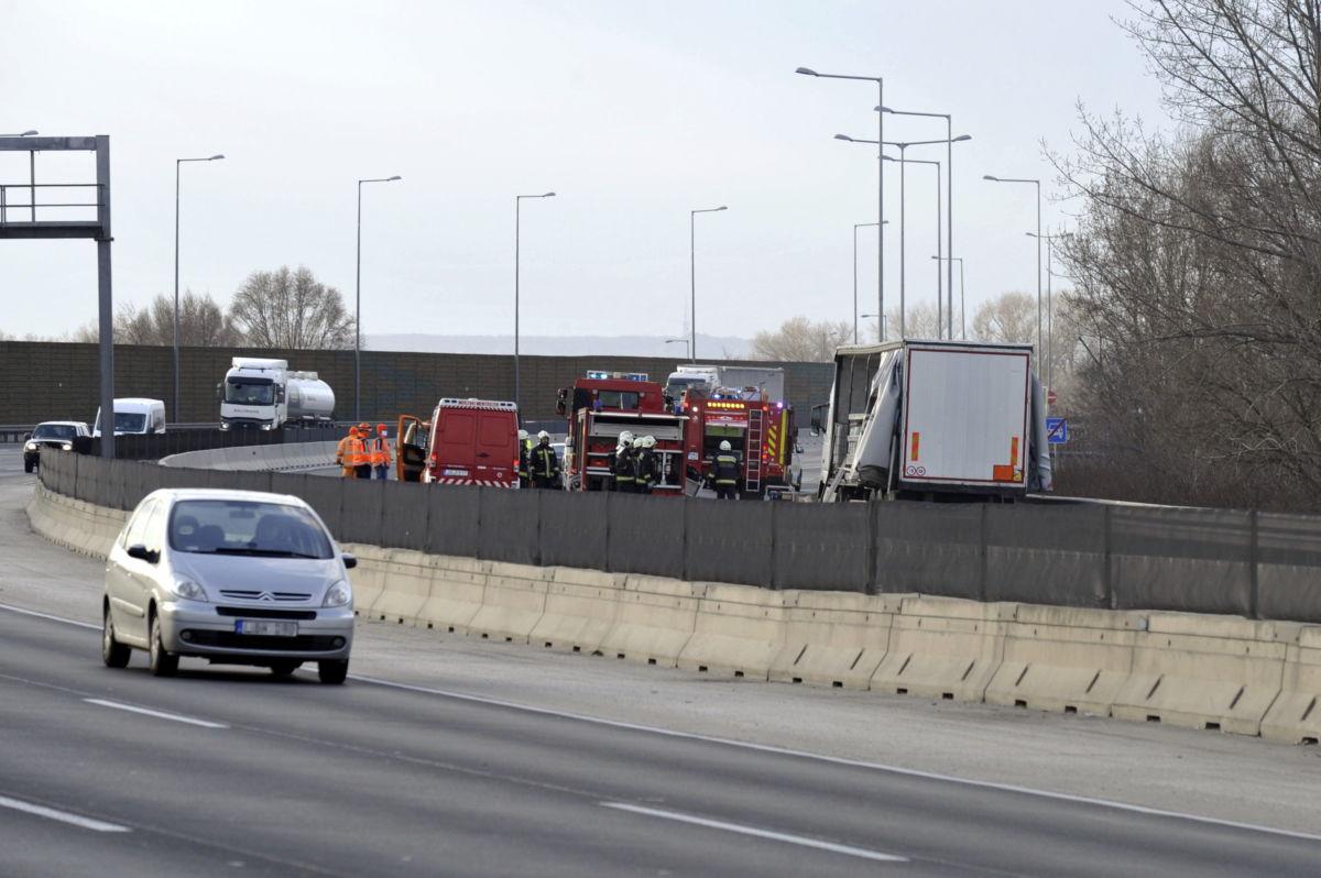 Tűzoltók dolgoznak egy veszélyes anyagot szállító kamion mellett az M0-s autóúton Halászteleknél 2021. március 23-án, miután a jármű egyik tartálya megsérült.