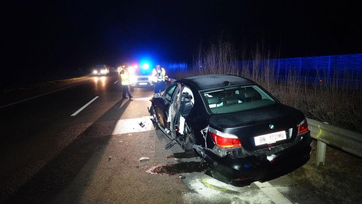 Összeroncsolódott személyautó 2021. március 19-re virradóan az M5-ös autópályán, Szeged határában.