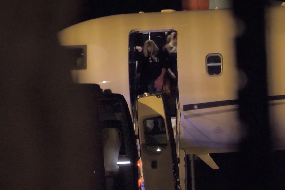 Egy nő száll ki a NER-kegyeltek által használt  OE-LEM lajstromjelű Bombardier magánrepülőből 2021. március 16-án este Budapesten.