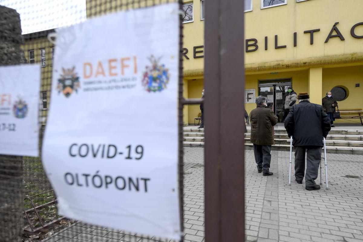 Koronavírus elleni oltásra érkeznek idősek a Debreceni Egyetem Kenézy Gyula Egyetemi Kórház Nappali Kórházába 2021. március 16-án.