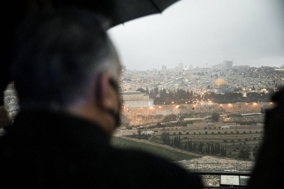 Orbán Viktor miniszterelnök (b) az Olajfák hegyén, Jeruzsálemben 2021. március 12-én. A magyar kormányfő hivatalos látogatásán Benjamin Netanjahu izraeli és Andrej Babis cseh kormányfővel a magyar-cseh-izraeli kormányfői csúcstalálkozón vett részt előző nap.