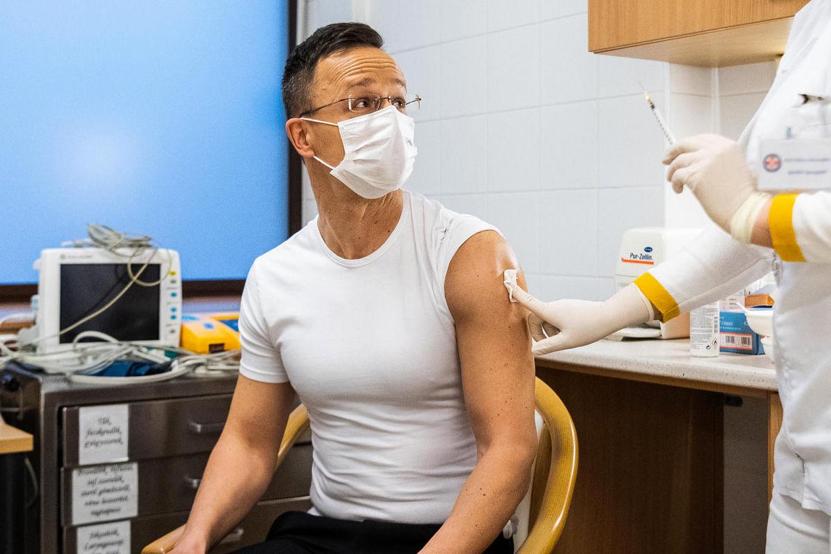 Beoltották Szijjártó Pétert az orosz vakcinával