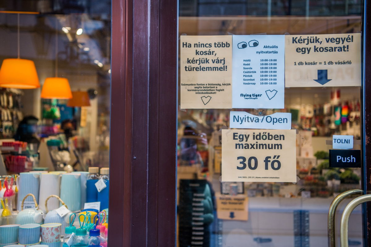 Lakberendezési üzlet bejárata Budapesten, a Váci utcában 2021. április 7-én. Ezen a napon lépett életbe a védelmi intézkedések lépcsőzetes feloldásának első fokozatáról szóló jogszabály, amely szerint az üzletek, köztük a március 8. óta zárva tartók újfajta, négyzetméter alapú szabályok mentén ugyan, de nyitva lehetnek. Április 6-án beadták a 2,5 milliomodik koronavírus elleni védőoltást, amely a védelmi intézkedések lépcsőzetes feloldása első fokozatának feltétele volt.