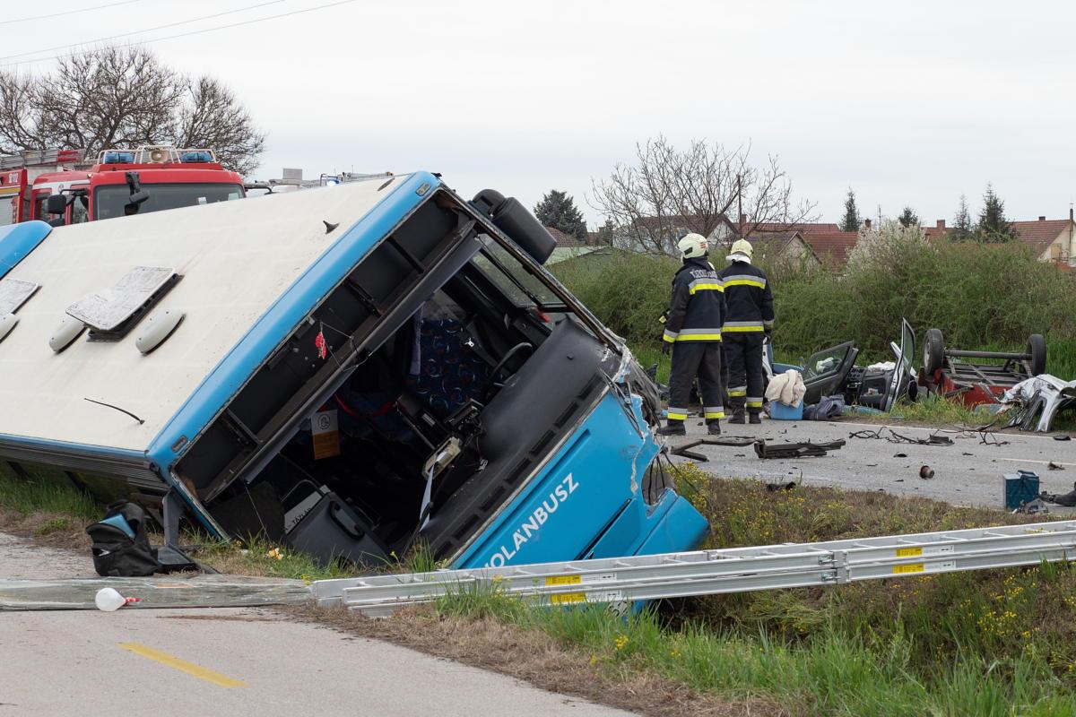 Tűzoltók az 54-es úton, Soltvadkertnél, miután összeütközött egy autóbusz és egy személygépkocsi 2021. április 28-án.