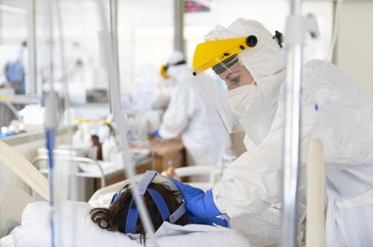 Megigazítják egy lélegeztetett beteg maszkját a Felső-Szabolcsi Kórház koronavírussal fertőzött betegek ellátására kialakított intenzív osztályán Kisvárdán 2021. április 13-án.