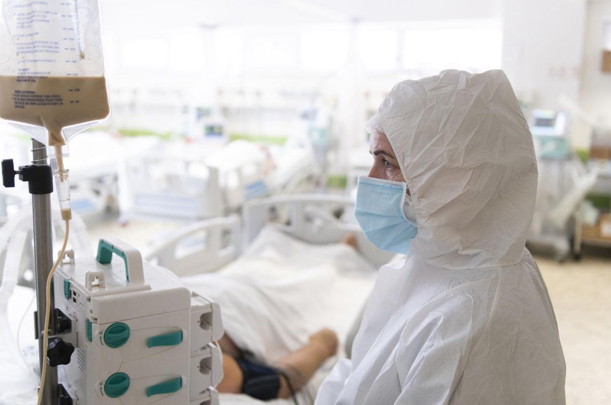 Ápoló a fehérgyarmati kórház koronavírussal fertőzött betegek fogadására kialakított intenzív osztályán 2021. április 2-án.
