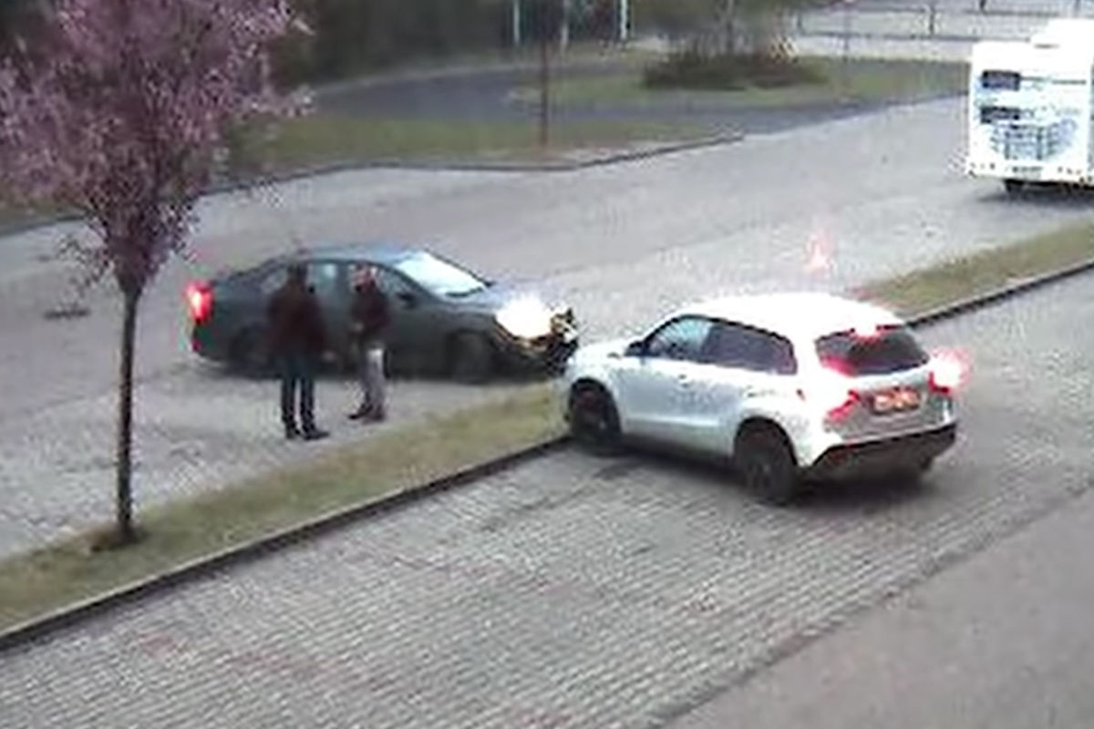 Részlet a férfi elfogásáról készült videóból.