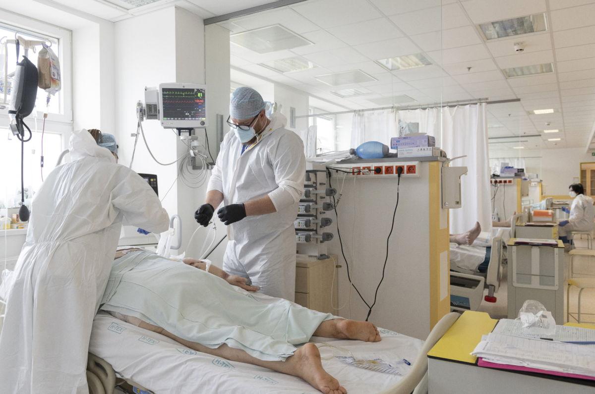 Lélegeztetett pácienst ápolnak Nyíregyházán, a Jósa András Oktatókórház koronavírussal fertőzött betegek fogadására kialakított intenzív osztályán 2021. április 2-án.
