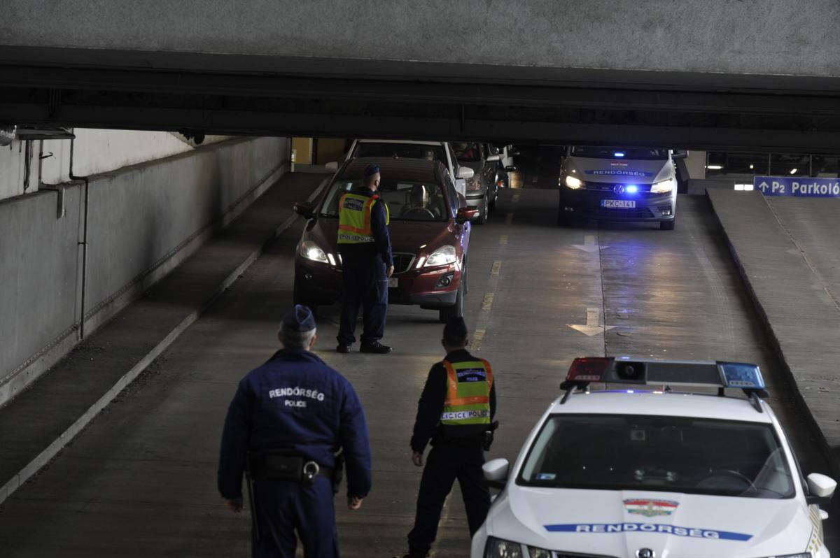 Rendőrségi ellenőrzés az Árkád parkolójában, miután egy férfi késsel próbált kirabolni egy pénzszállítót a bevásárlóközpontban 2021. április 14-én.