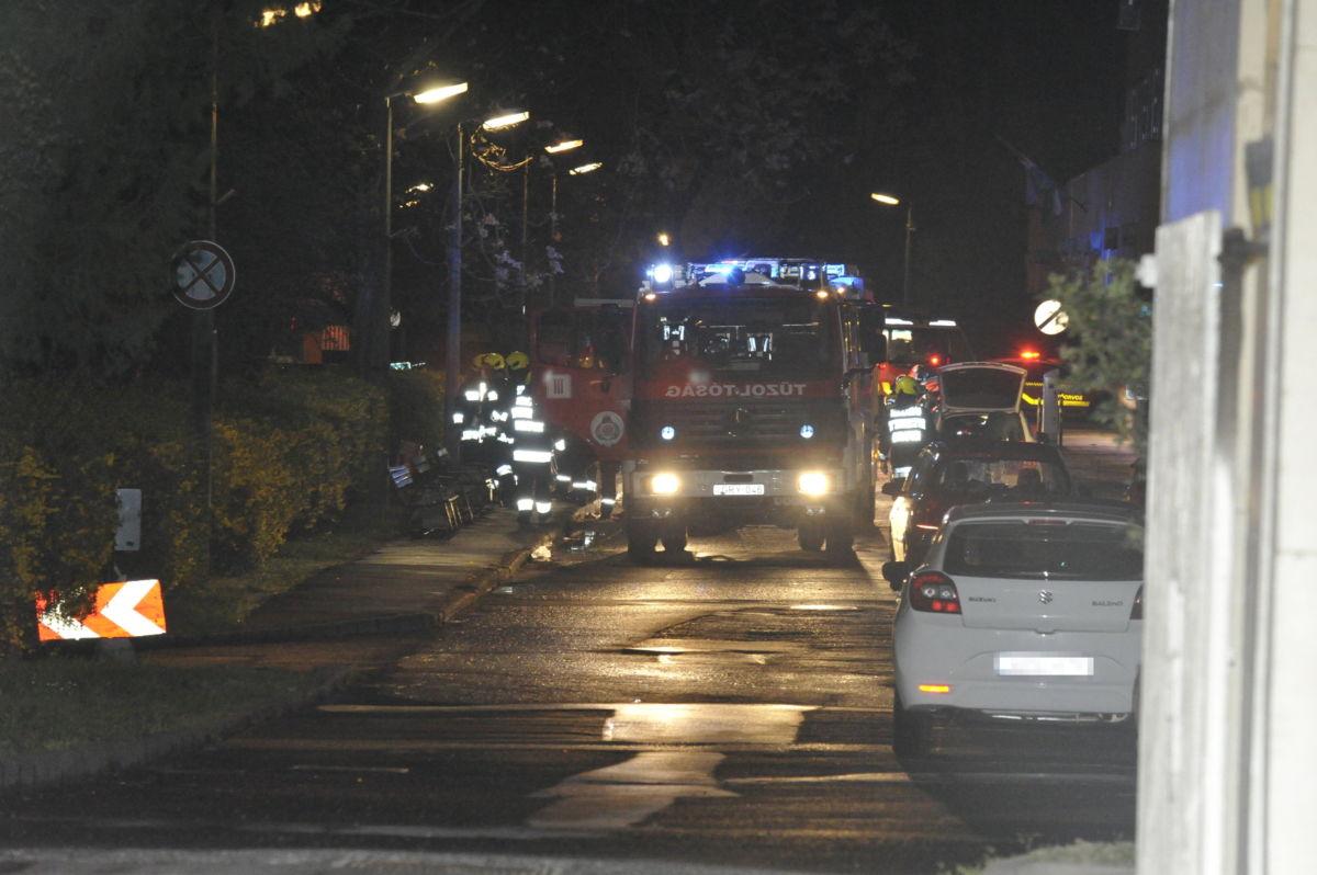 Tűzoltók a fővárosi Szent Margit Kórházban, ahol tűz volt az egyik kórteremben 2021. április 6-án. A III. kerületi Bécsi úti egészségügyi intézmény egyik kórtermében a berendezési tárgyak égtek mintegy nyolc négyzetméteren. A nagy erőkkel kivonult fővárosi hivatásos tűzoltók rövid idő alatt eloltották a lángokat.