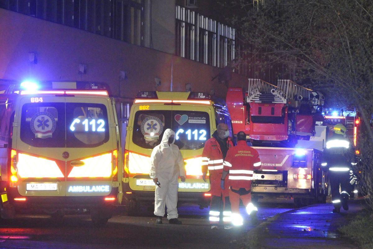 Mentők és tűzoltóautók a fővárosi Szent Margit Kórházban, ahol tűz volt az egyik kórteremben 2021. április 6-án.
