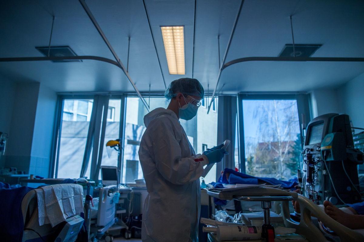 Védőfelszerelést viselő ápoló a fővárosi Semmelweis Egyetem Városmajori Szív- és Érgyógyászati Klinika koronavírussal fertőzött betegek fogadására kialakított intenzív osztályán 2021. április 9-én.