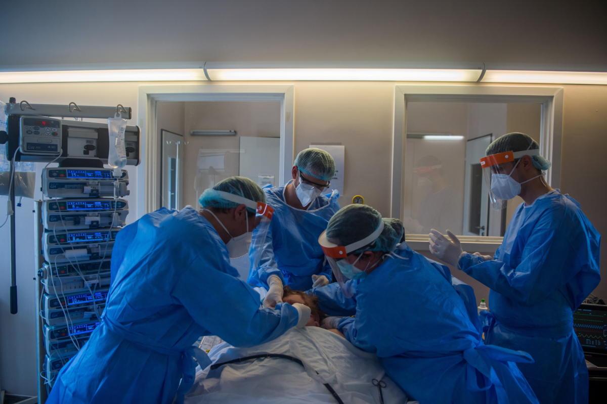 Védőfelszerelést viselő orvosok ultrahangos vizsgálatot végeznek a koronavírussal fertőzött betegek fogadására kialakított intenzív osztályon a Szent László Kórházban 2021. április 12-én.
