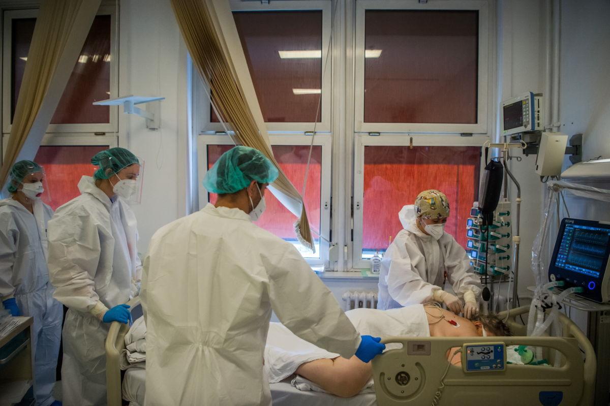 Lélegeztetett beteget látnak el védőfelszerelést viselő orvosok a fővárosi Honvédkórház koronavírussal fertőzött betegek fogadására kialakított intenzív osztályán 2021. április 1-jén.