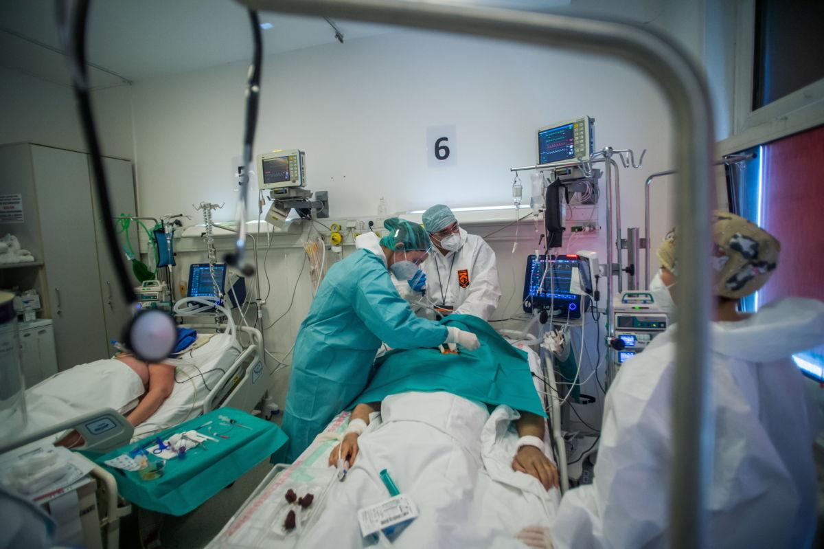 Lélegeztetett beteget látnak el védőfelszerelést viselő orvosok és ápolók a fővárosi Honvédkórház koronavírussal fertőzött betegek fogadására kialakított intenzív osztályán 2021. április 1-jén.