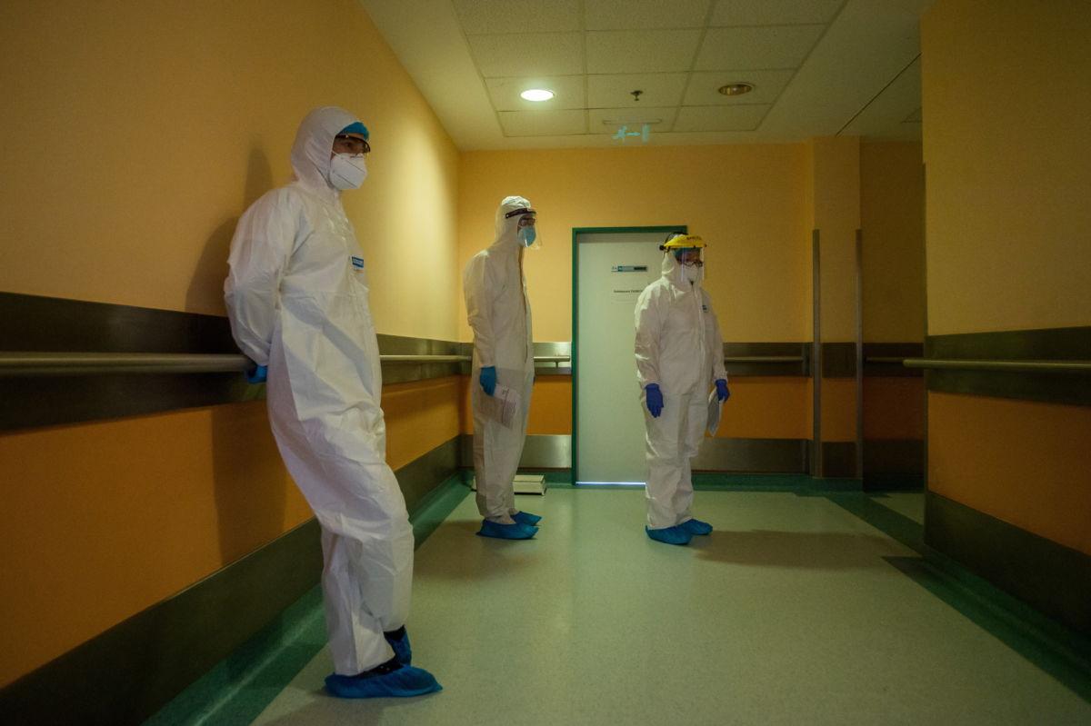 Védőfelszerelést viselő orvosok vizitelnek a fővárosi Honvédkórház koronavírussal fertőzött betegek fogadására kialakított osztályán 2021. április 1-jén.