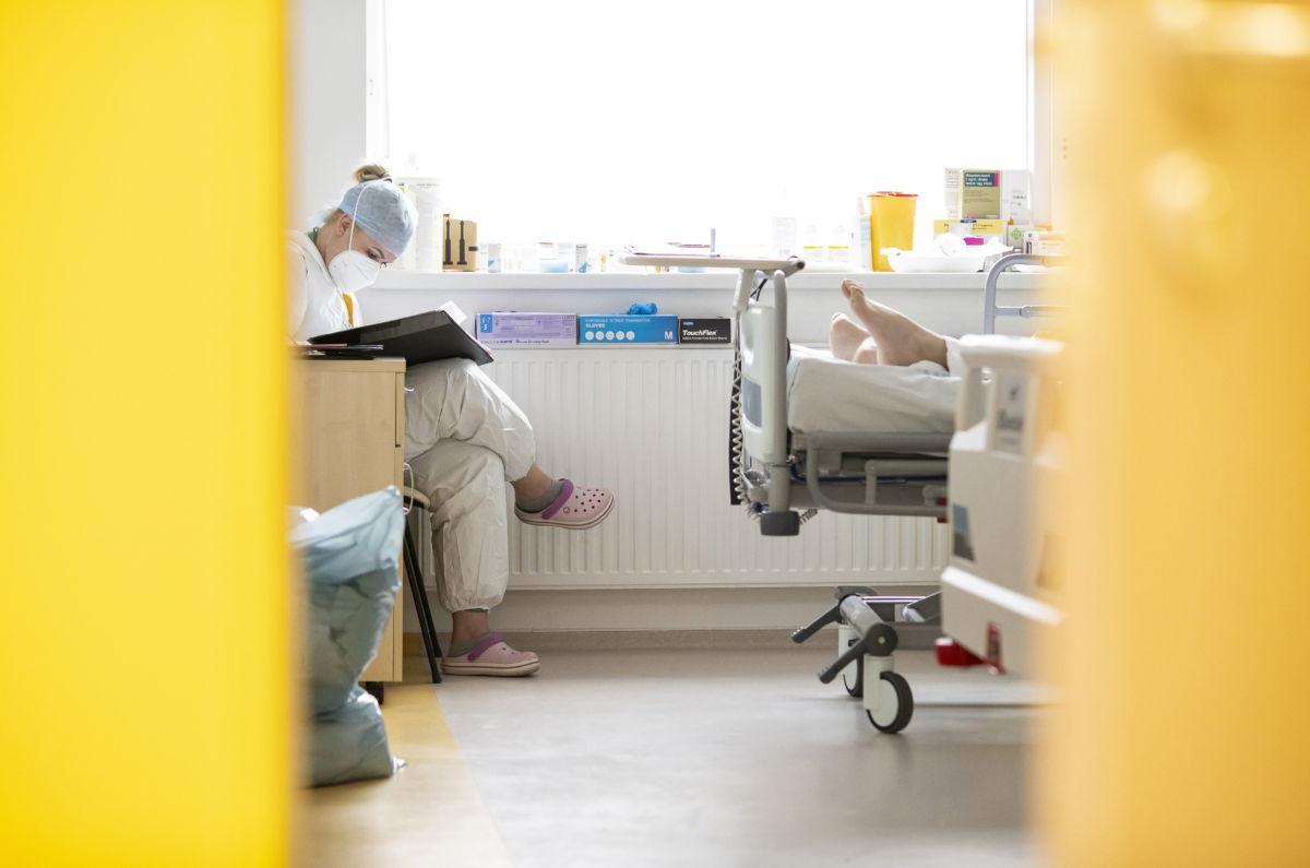 Ápoló egy lélegeztetett páciens mellett  Nyíregyházán, a Jósa András Oktatókórház koronavírussal fertőzött betegek fogadására kialakított intenzív osztályán 2021. április 2-án.