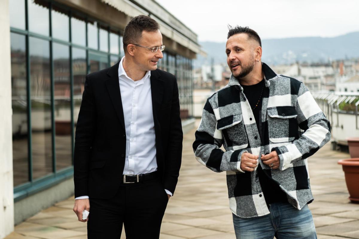Szijjártó Péter külgazdasági és külügyminiszter beszélget Majkával 2020. április 19-én.