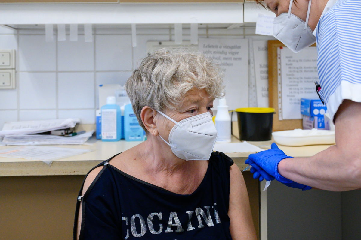 Egy nőt beoltanak az orosz Szputnyik V koronavírus elleni vakcina első adagjával a Fejér Megyei Szent György Egyetemi Oktató Kórházban, Székesfehérváron 2021. április 13-án.