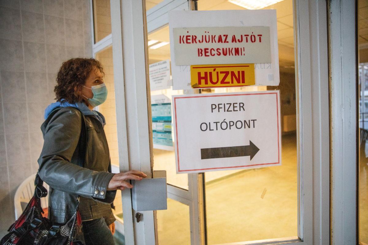 Egy pedagógus érkezik a Dr. László Elek Kórház és Rendelőintézetben kialakított oltópontra, hogy felvegye a Pfizer-BioNTech koronavírus elleni vakcinájának első adagját Orosházán 2021. április 1-jén.