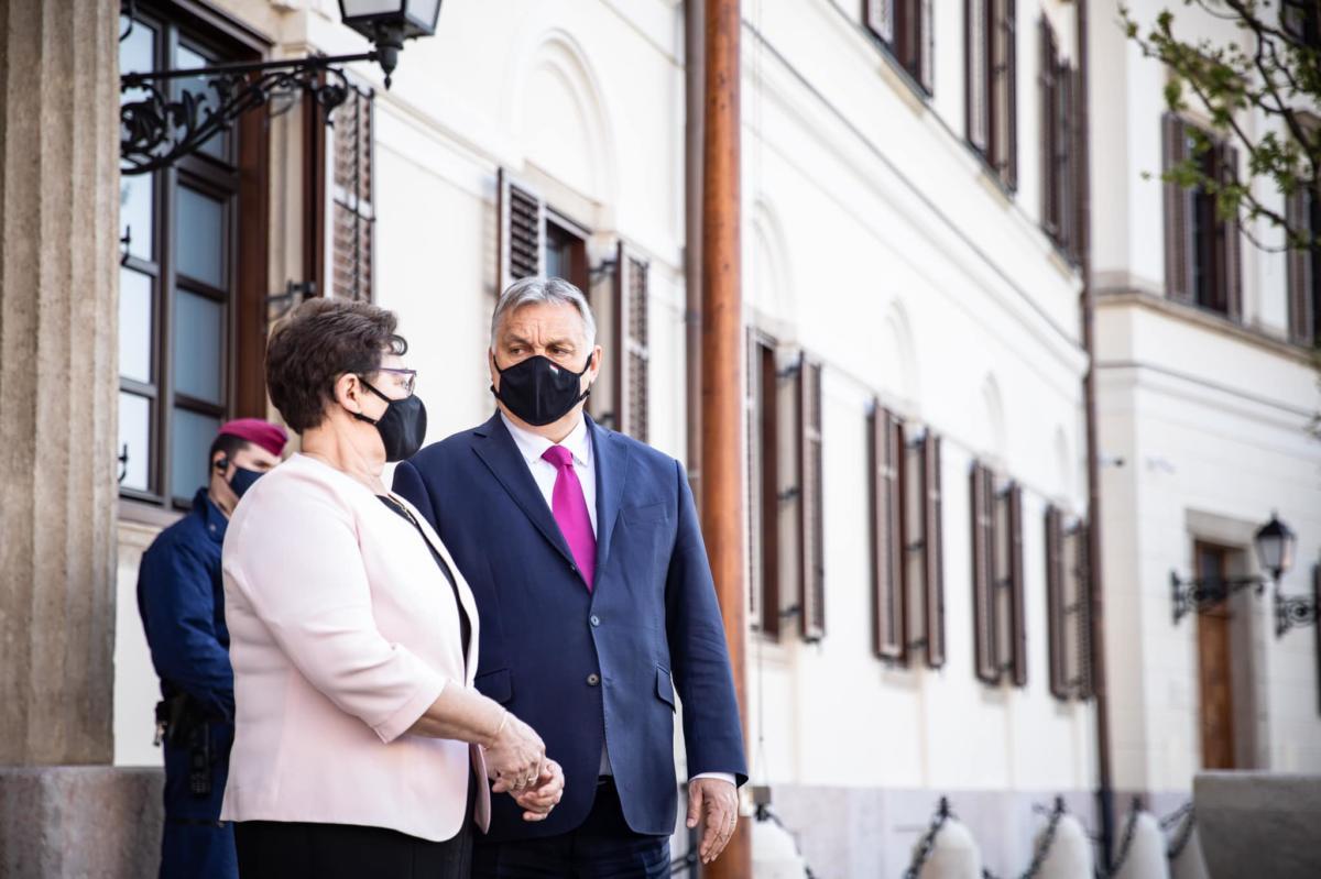 """Orbán azt üzente, """"nem minden hős visel köpenyt"""", majd javította a posztot"""