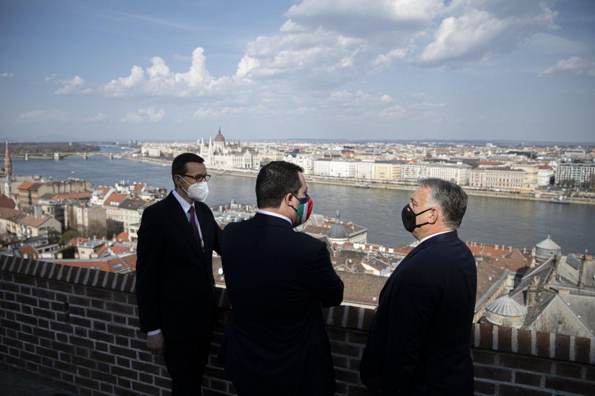 Orbán Viktor miniszterelnök, a Fidesz elnöke (j) Matteo Salvinivel, az olasz jobboldali kormánypárt, a Liga vezetőjével (k) és Mateusz Morawiecki lengyel miniszterelnökkel (b) folytatott háromoldalú találkozóján a Karmelita kolostorban 2021. április 1-jén.