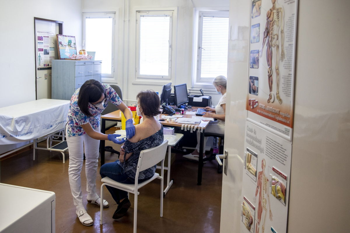 Törőcsik Katalin reumatológus Pfizer-BioNTech koronavírus elleni vakcinát ad be egy pedagógusnak a Bács-Kiskun Megyei Oktatókórház oltópontján Kecskeméten 2021. április 1-jén.