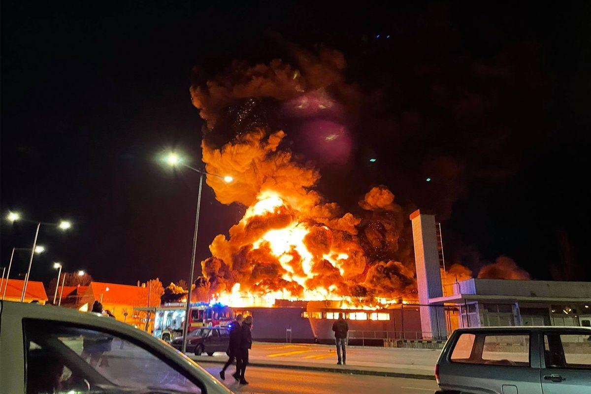 Hatalmas lángokkal ég a szentendrei Spar áruház